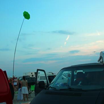 Um sich im Getümmel am Strand zu finden, hängen viele Bulli-Fahrer Fahnen auf, oder einen Sonnenschirm