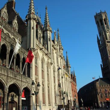 Das Rathaus, im Hintergrund der Glockenturm Belfried