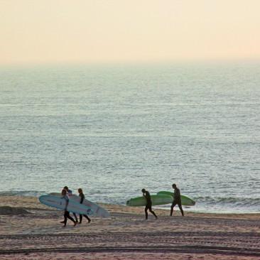 Surfer mit ihren Wellenreitern Anfang Oktober