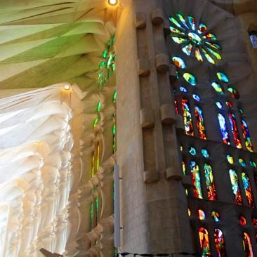 In der Sagrada Família herrscht ein ganz ungewöhnlich farbiges Licht, nicht vergleichbar mit anderen Kirchen