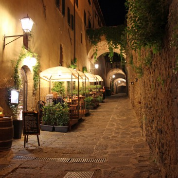 Im innern dieser Burgstadt gibt es Restaurants und Wohnungen