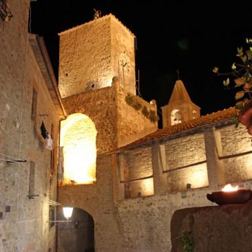Eine mittelalterliche Burg überragt Castiglione della Pescaia