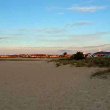 Der Strand von Noja, rechts im Bild sieht man die Bullis und WoMos stehen