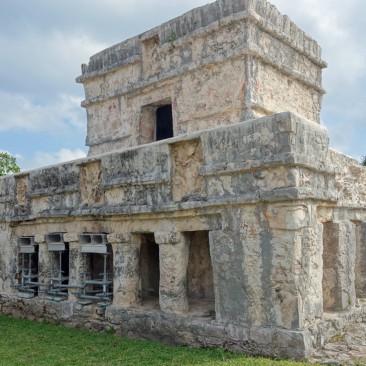 Die berühmten Maya-Stätten in Tulum - viele Steine übereinander