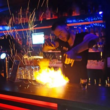 Die Barkeeper im Chupitos beherrschen ihr Handwerk, das Spiel mit dem Feuer