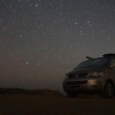 Nur die Sterne leuchten über Sardinien