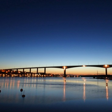 Die Smögen-Brücke nach Sonnenuntergang