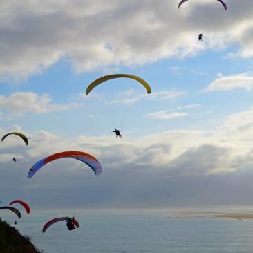 Paraglider starten auf der Dune du Pyla in Frankreich