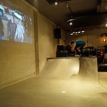 Mini-Skate-Anlage im Eingangsbereich der Bretterbude