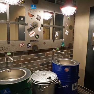 Stylische Waschbecken-Tonnen auf dem Männerklo