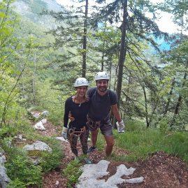 Mehre hundert Meter hoch sausen wir mit der Zip Line über das Tal