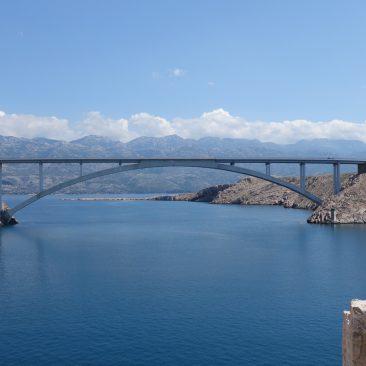 Schicke Brücke zur Insel Pag