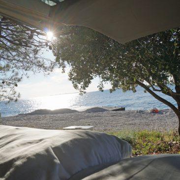 Bester Blick vom Bett. Insgesamt ist uns der Platz allerdings etwas zu schattig in der Vorsaison